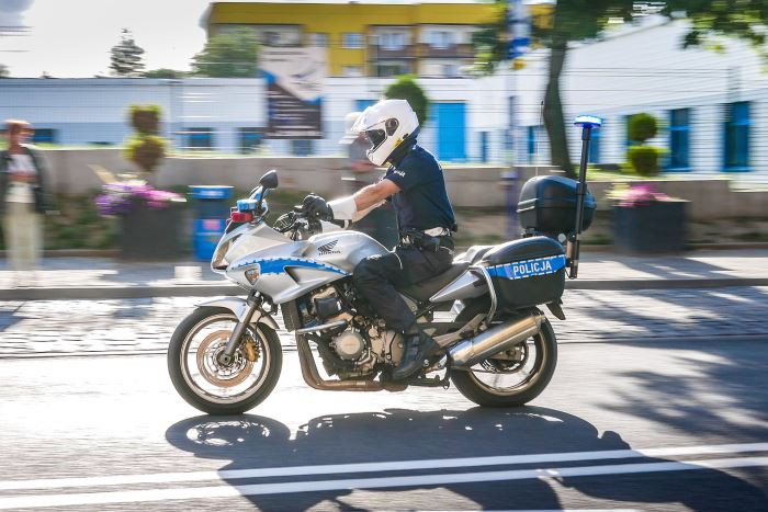 Policja Ostrołęka: Potrącenie nastolatki przejeżdżającej rowerem przez przejście dla pieszych – apel do dzieci, młodzieży oraz rodziców