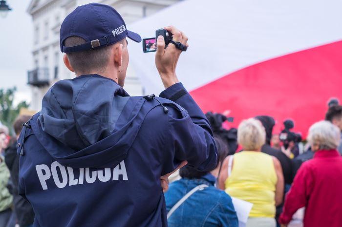Policja Ostrołęka: Niepełnosprawnej kobiecie awarii uległ wózek inwalidzki - na pomoc ruszyli policjanci z Ostrołęki